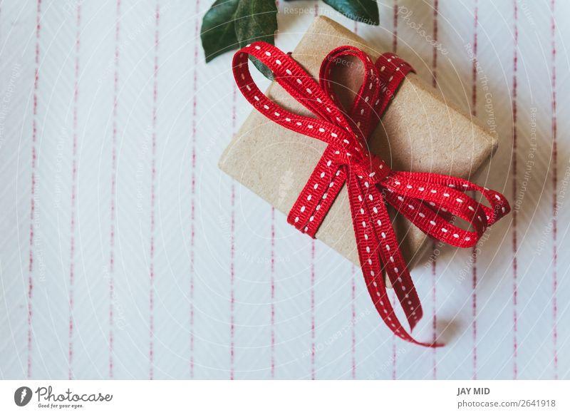 Geschenkbox, verpackt in Recyclingpapier und roter Schleife Brötchen kaufen elegant Feste & Feiern Valentinstag Muttertag Erntedankfest Weihnachten & Advent
