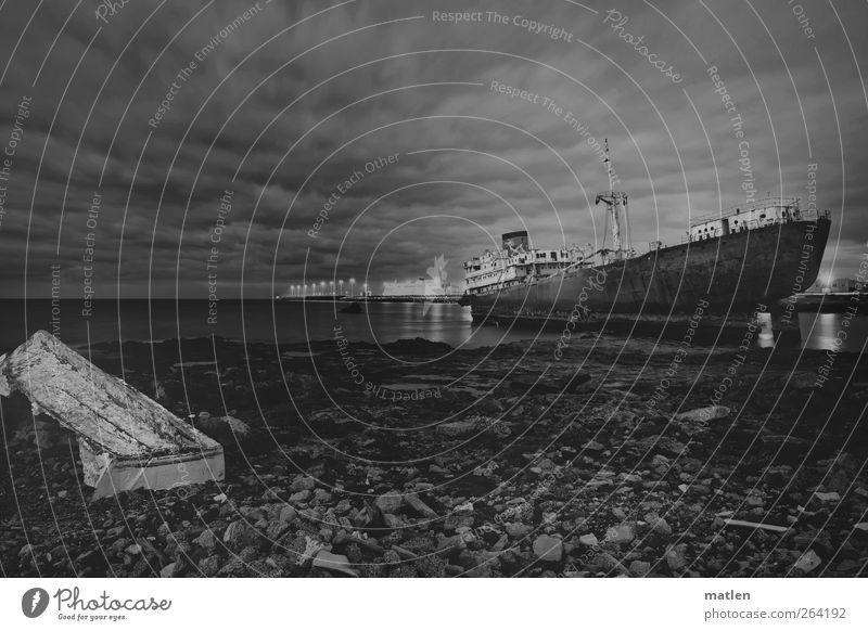 panteón Himmel Wolken Horizont Strand Meer Verkehrsunfall Schifffahrt Fischerboot Wasserfahrzeug dunkel Wrack Steine auf Grund gelaufen Schwarzweißfoto