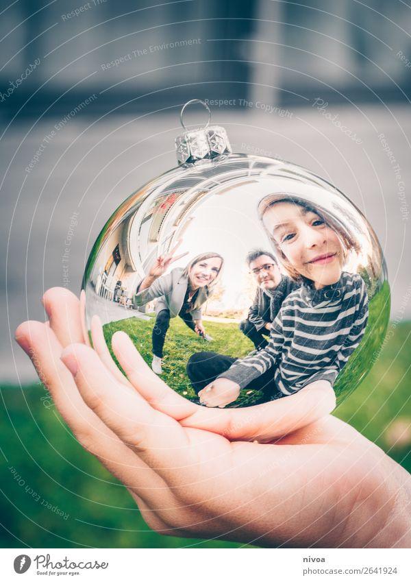 Familie in Christbaumkugel Winter Mensch maskulin feminin Kind Junge Frau Erwachsene Mann Eltern 3 8-13 Jahre Kindheit 30-45 Jahre 45-60 Jahre Natur Gras Garten
