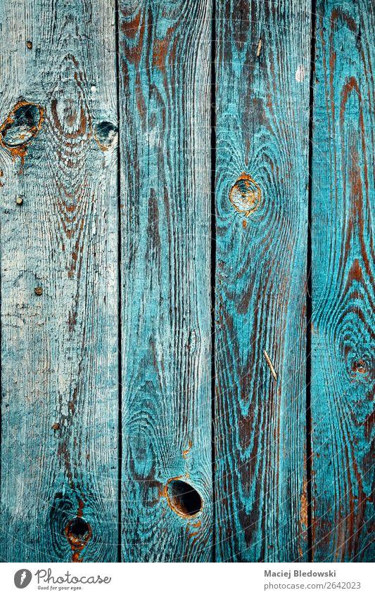Alte Holzwand mit abblätternder Farbe. Tapete Dorf Mauer Wand Garten alt blau Häusliches Leben Hintergrund Grunge rustikal altehrwürdig verwittert gefiltert Tür
