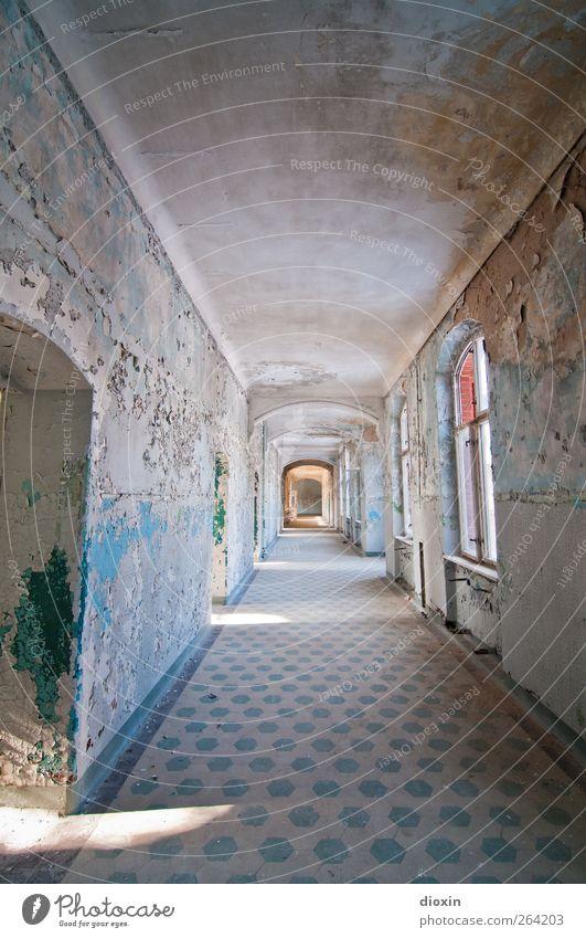 Der Flur Menschenleer Haus Bauwerk Gebäude Architektur Heilstätte Sanatorium Mauer Wand Fenster Tür Sehenswürdigkeit alt Verfall Vergangenheit Vergänglichkeit