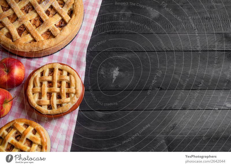 Verschiedene Größen von Apfelkuchen auf einem rustikalen Tisch. Obere Ansicht Dessert Küche Herbst viele Tradition Erntedankfest obere Ansicht Amerikaner backen