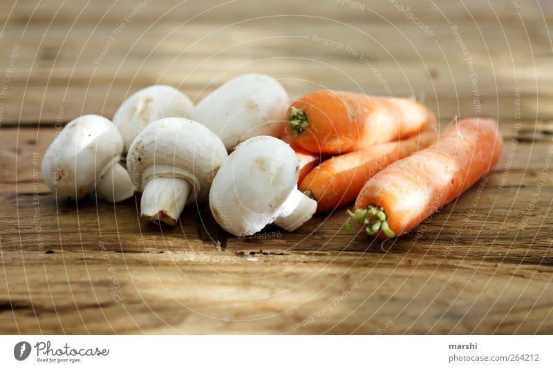 ChaMöhre Ernährung Lebensmittel liegen Gesunde Ernährung Gemüse Pilz Bioprodukte Möhre Vegetarische Ernährung Holztisch Champignons