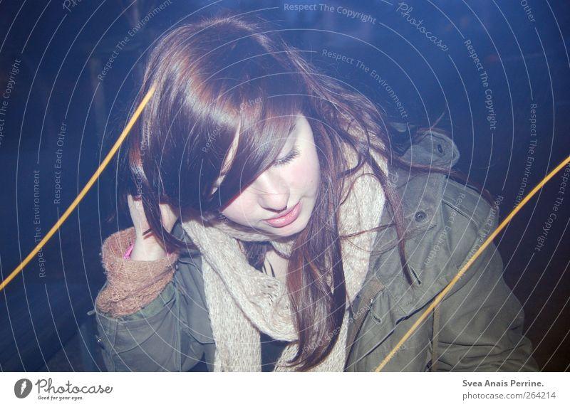 2,5. feminin Junge Frau Jugendliche Haare & Frisuren Gesicht 1 Mensch 18-30 Jahre Erwachsene Jacke Parka Schal brünett langhaarig Nacht trashig Farbfoto