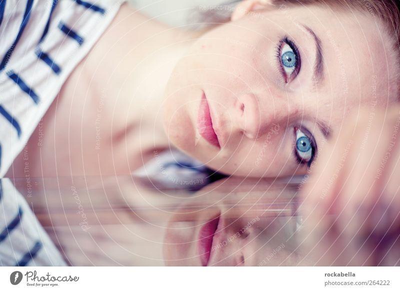 zum meer. feminin Frau Erwachsene 1 Mensch 18-30 Jahre Jugendliche brünett schön nah Farbfoto Innenaufnahme Textfreiraum unten Schwache Tiefenschärfe Porträt