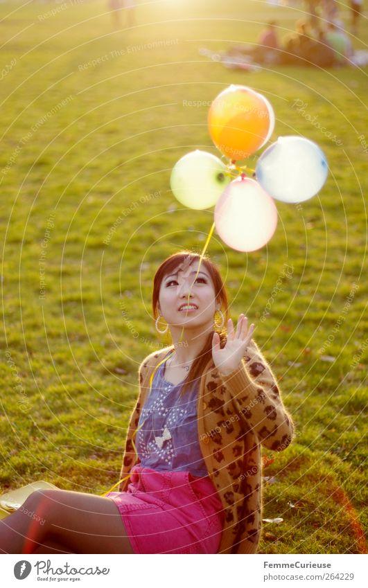 Spring Spring Spring XI Junge Frau Jugendliche Erwachsene Hand 1 Mensch 18-30 Jahre Freude Luftballon Asiate Park Wiese Frühling Frühlingsgefühle sitzen Spielen