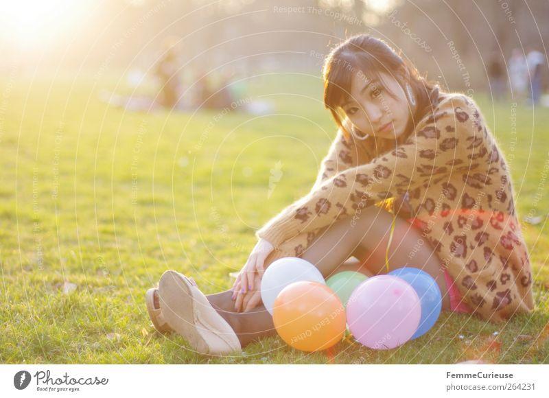 Spring Spring Spring XII Mensch Frau Natur Jugendliche Sommer Erwachsene Erholung Wiese Gras Frühling Junge Frau Park 18-30 Jahre sitzen Luftballon Rasen