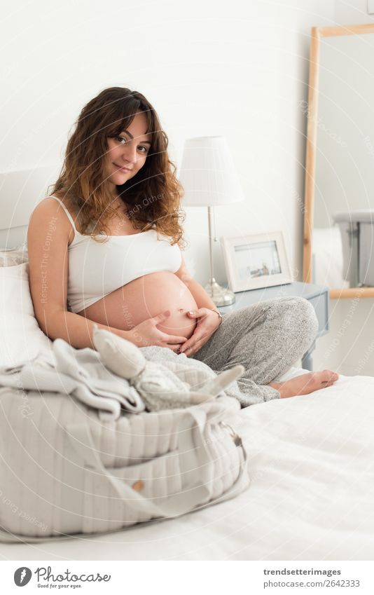 Frau Mensch schön Lifestyle Erwachsene Leben Liebe natürlich Familie & Verwandtschaft Glück Freizeit & Hobby Baby berühren Mutter Sofa heimwärts
