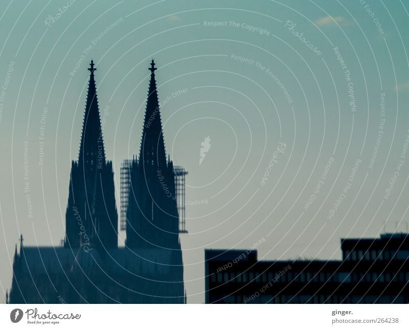 Stadt mit Spitzen und Kanten Köln Kölner Dom Kirche Bauwerk Gebäude Architektur Sehenswürdigkeit Wahrzeichen dunkel Turmspitze eckig Ecke Baugerüst Himmel
