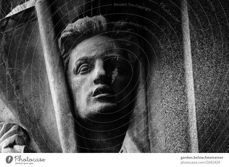 In Stein gehauen Mensch maskulin Mann Erwachsene Kopf Gesicht Hand 1 Denkmal ästhetisch grau schwarz Ehre Tapferkeit Glaube Schwarzweißfoto Außenaufnahme