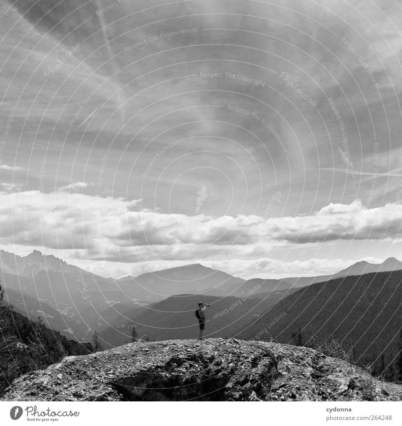 Aussicht Mensch Himmel Natur Jugendliche Ferien & Urlaub & Reisen Einsamkeit ruhig Ferne Erholung Umwelt Landschaft Leben Berge u. Gebirge Freiheit wandern Ausflug