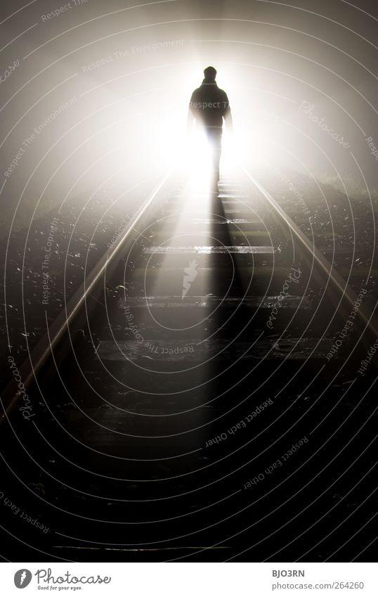 vergehen | train tracks Mann Eisenbahn Gleise stehen bedrohlich dunkel gruselig nah schwarz weiß Gefühle Enttäuschung Einsamkeit Erschöpfung Angst Todesangst