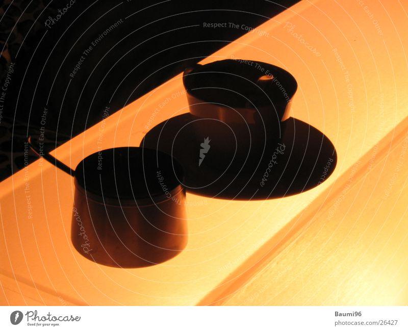 Coffee@Ibiza dunkel Beleuchtung orange genießen einfach Kaffee heiß Tasse Alkohol Zucker nebeneinander