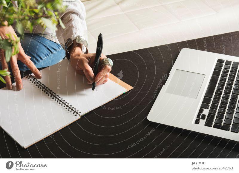 Frauenhände schreiben einen Stift in ein Notizbuch, Computertastatur Lifestyle Arbeit & Erwerbstätigkeit Büro Business Technik & Technologie Mensch Erwachsene