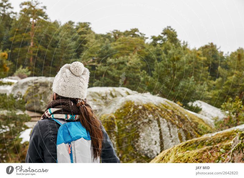 Wandern, Wanderin, die die Landschaft im verschneiten Wald genießt. Lifestyle schön Ferien & Urlaub & Reisen Ausflug Abenteuer Winter Schnee Berge u. Gebirge