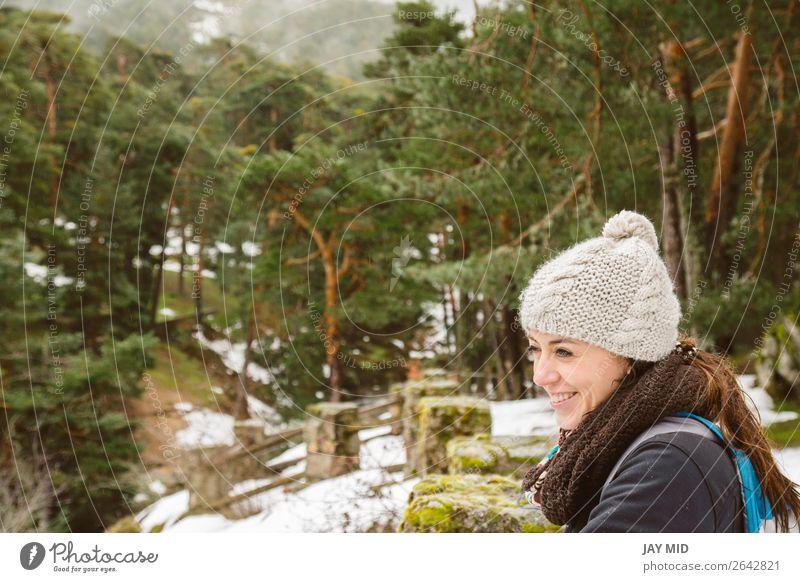 Wandern, Wanderin, die die Landschaft im verschneiten Wald genießt. Lifestyle Glück schön Ferien & Urlaub & Reisen Tourismus Ausflug Abenteuer Freiheit Winter