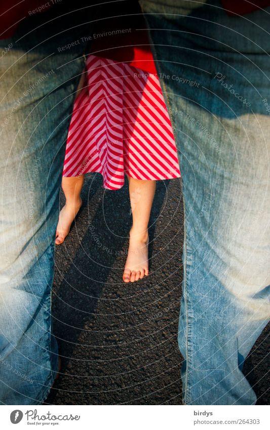 Die Barfußsaison hat begonnen Mensch Erwachsene Beine Fuß Zusammensein Kindheit leuchten stehen frisch Schutz Kleid Jeanshose verstecken Generation Vater