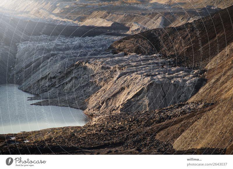 Abraumhalden mit See im Tagebau Energiewirtschaft Erneuerbare Energie Energiekrise Umwelt Landschaft Klimawandel bizarr Schwerpunkt Umweltverschmutzung
