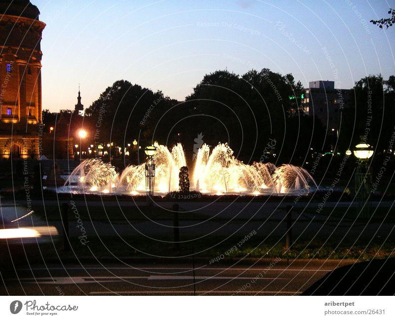 Brunnen bei Nacht Mannheim Licht Architektur wasserspiel Abend