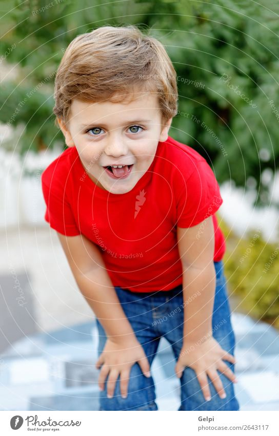 Glückliches Kind mit rotem T-Shirt im Garten Freude schön Sommer Sonne Mensch Baby Kleinkind Junge Familie & Verwandtschaft Kindheit Natur Gras Park blond