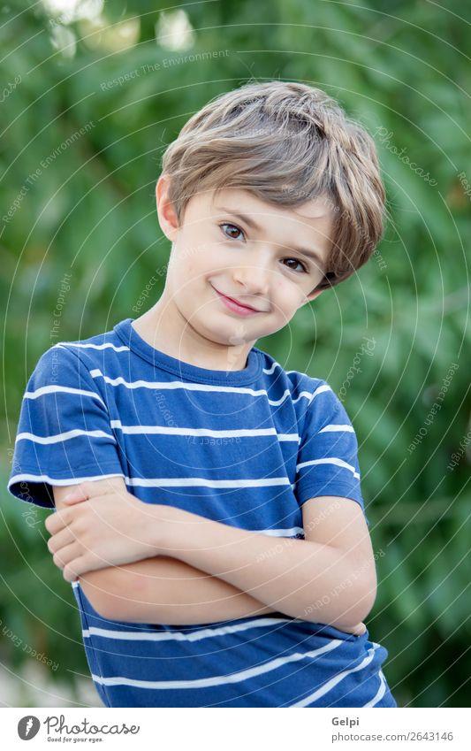 Porträt eines kleinen Kindes auf dem Feld Freude Glück schön Gesicht Spielen Baby Junge Kindheit Natur Pflanze Baum Park Lächeln lachen Fröhlichkeit lustig
