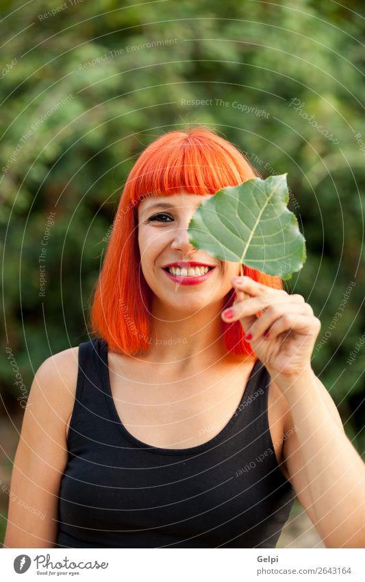 Rothaariges Mädchen mit einem Baumblatt Lifestyle Glück schön Gesicht Schminke Mensch Frau Erwachsene Natur Herbst Blatt Park Wald Mode Lächeln Fröhlichkeit rot