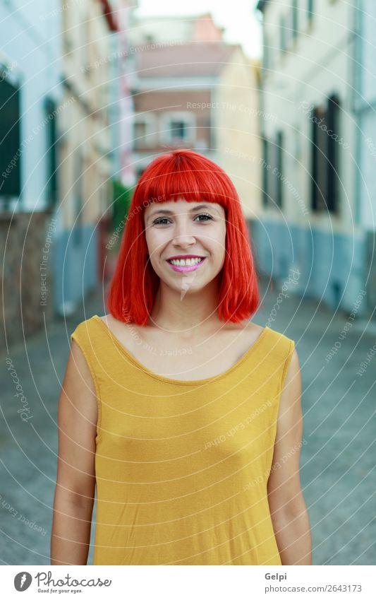 Attraktives rothaariges Mädchen auf der Straße Lifestyle Stil Freude Glück schön Gesicht Sommer Mensch Frau Erwachsene Mode Bekleidung Lächeln Coolness Erotik