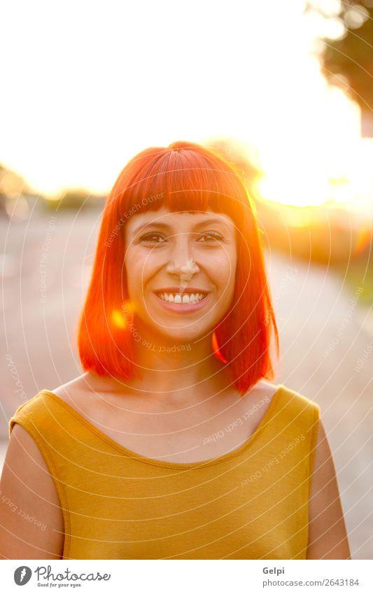 Rothaarige Frau beim Spaziergang bei Sonnenuntergang Lifestyle Stil Freude Glück schön Haare & Frisuren Gesicht Wellness ruhig Sommer Mensch Erwachsene