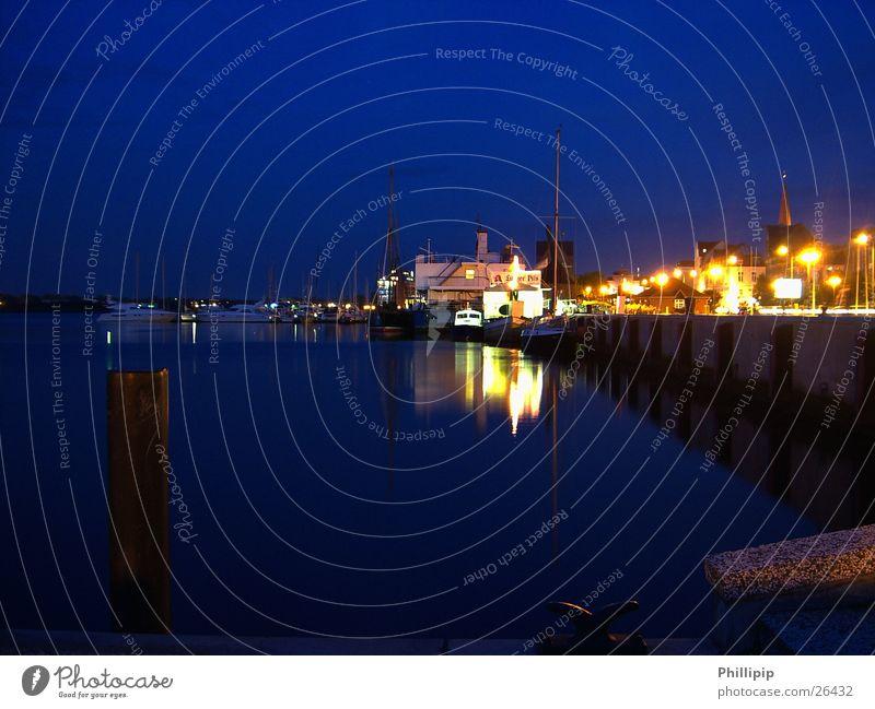 Hafen in Rostock Wasserfahrzeug Licht Nacht Langzeitbelichtung Schifffahrt blau