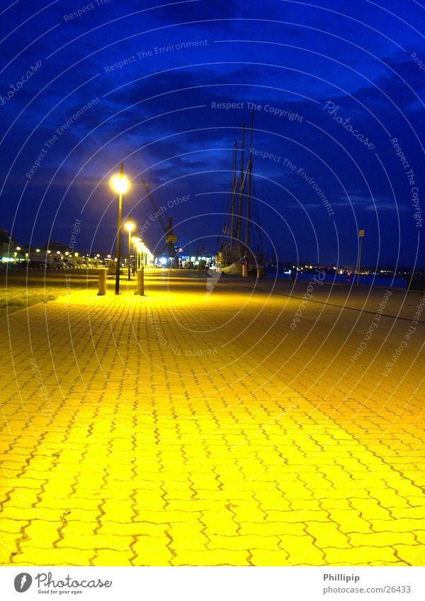 Rostock Hafen Langzeitbelichtung Straßenbeleuchtung Bürgersteig Nacht Europa blau Himmel