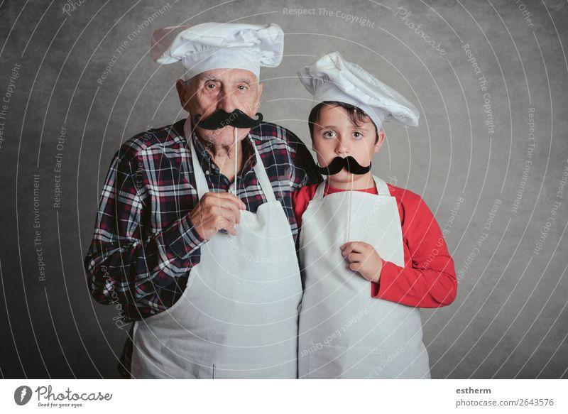 Großvater mit Enkel mit Koch Hut und Schnurrbart auf grauem Hintergrund Ernährung Diät Lifestyle Freude Freizeit & Hobby Küche Restaurant Feste & Feiern