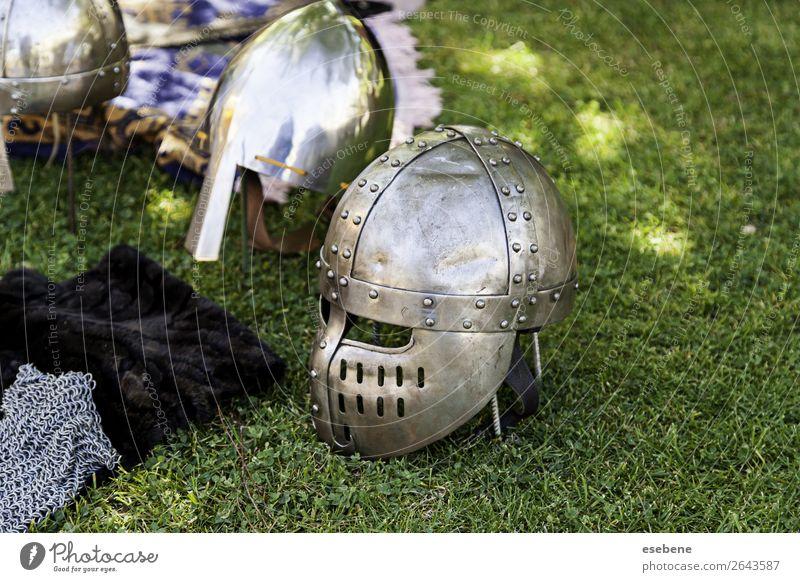 Detail der antiken mittelalterlichen Rüstung Dekoration & Verzierung Mann Erwachsene Hand Burg oder Schloss Anzug Handschuhe Metall Stahl Schutzschild glänzend
