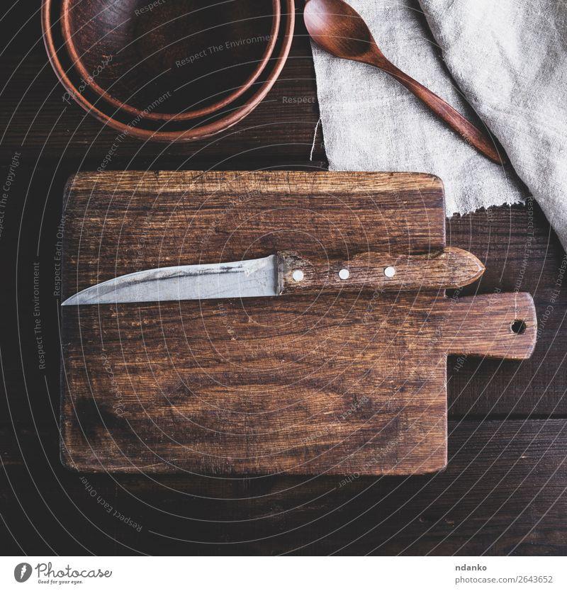 Küchenbraunes Schneidebrett mit Griff und Messer Teller Schalen & Schüsseln Natur Holz alt retro Hintergrund blanko Holzplatte zerkleinernd Koch