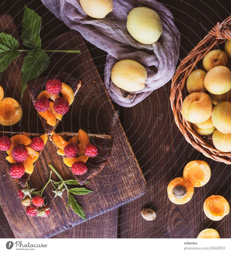 Käsekuchenstückchen mit Aprikose und Himbeere Milcherzeugnisse Frucht Dessert Ernährung Tisch Holz Essen frisch lecker braun rot weiß Farbe Snack Hintergrund