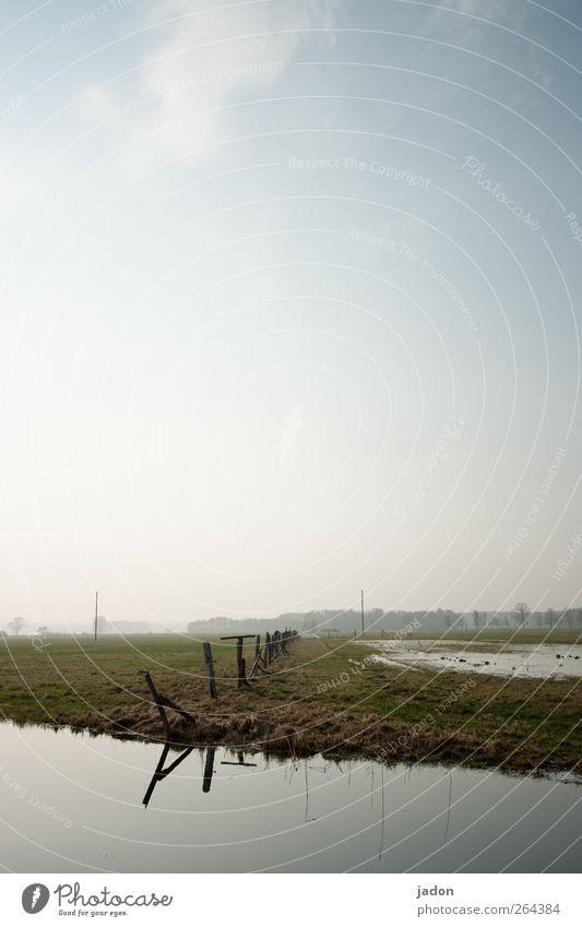 land unter. Himmel Natur Wasser Einsamkeit ruhig Ferne Umwelt Landschaft Gras Feld Idylle Unendlichkeit Weide Landwirtschaft Flüssigkeit Bach