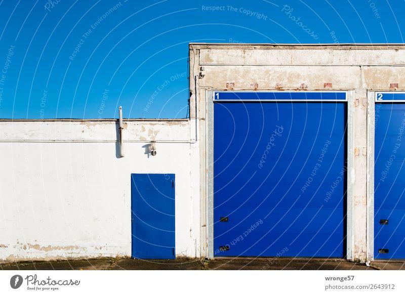 Junk   Tor 1 blau weiß Wand Mauer Fassade Eingang Blauer Himmel Garage Eingangstür Querformat Eingangstor Garagentor Rolltor