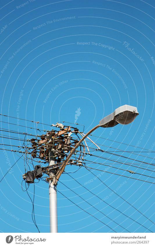 kabelsalat. Himmel blau Energiewirtschaft verrückt Elektrizität Kabel Straßenbeleuchtung Strommast Stadtzentrum Tradition durcheinander parallel Irritation