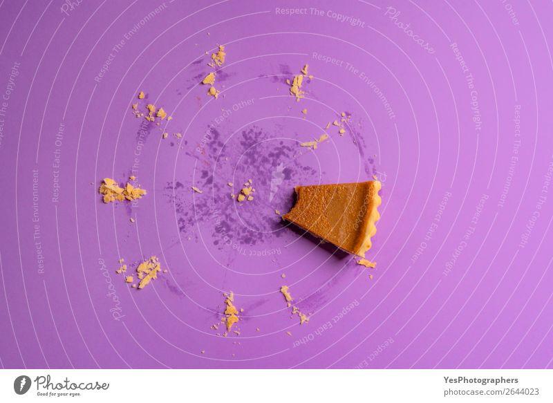Gebissenes Stück Kürbiskuchen und Spuren eines ganzen Kuchens. Dessert Essen Winter Herbst Fährte lecker Tradition Erntedankfest obere Ansicht Amerikaner backen