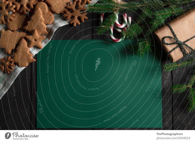 Weihnachtsrahmen mit Kekse, Zuckerstangen und Geschenk Dessert Winter Tisch Feste & Feiern Weihnachten & Advent Holz Fröhlichkeit grün Tradition obere Ansicht
