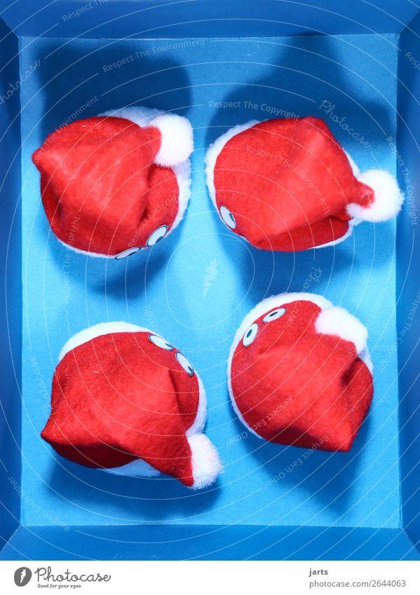 blaue kiste V Weihnachten & Advent Kasten Denken lustig rot Nikolausmütze Auge Überraschung Farbfoto Studioaufnahme Menschenleer Kunstlicht Vogelperspektive