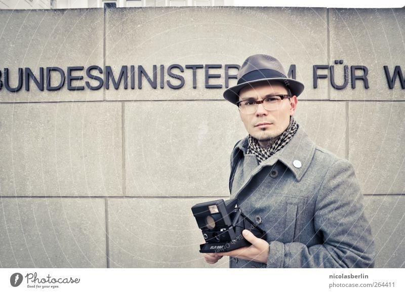 Montags Portrait 16 - Ein Mann und seine Kamera Mensch Stadt Erwachsene Wand grau Mauer Stil Mode Freizeit & Hobby elegant maskulin Design Erfolg Bekleidung