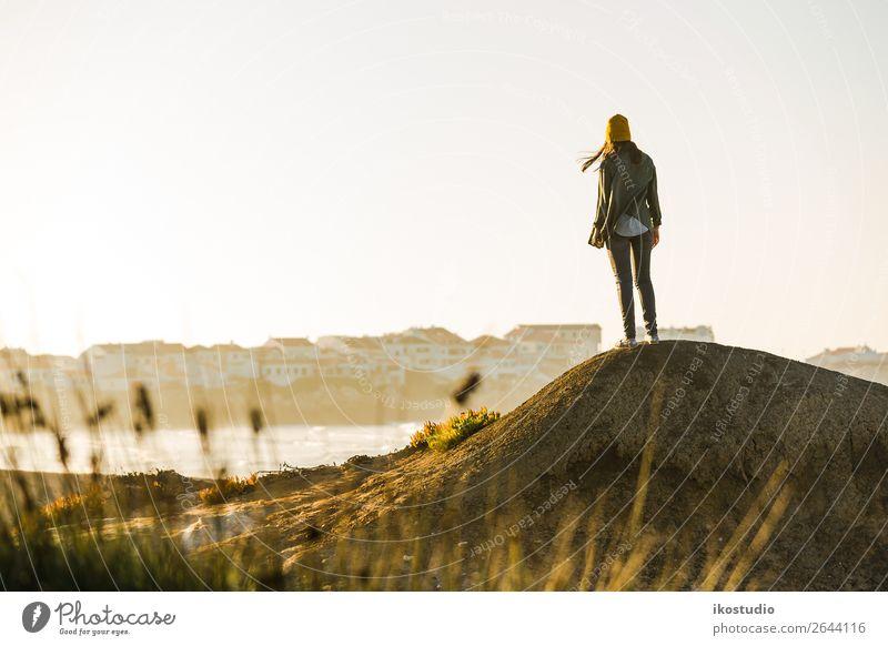 Frau über die Klippe Lifestyle schön Ferien & Urlaub & Reisen Abenteuer Freiheit Strand Meer wandern Erfolg Mensch Erwachsene Natur Landschaft Herbst Küste blau