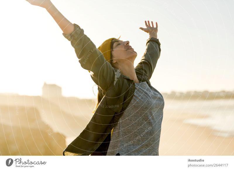 Freiheit Lifestyle Glück schön Ferien & Urlaub & Reisen Abenteuer Strand Meer wandern Erfolg Mensch Frau Erwachsene Arme Natur Landschaft Herbst Küste blau