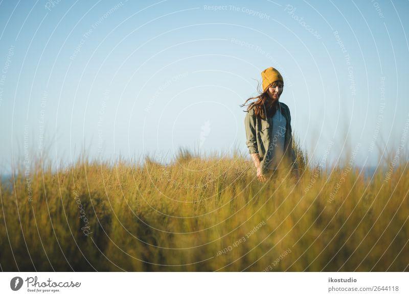 Gelbe Kappe Damen Lifestyle Glück schön Ferien & Urlaub & Reisen Abenteuer Freiheit Meer wandern Erfolg Mensch Frau Erwachsene Natur Landschaft Herbst Gras