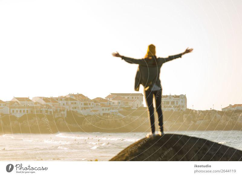 Diesen Tag genießen Lifestyle Glück schön Ferien & Urlaub & Reisen Abenteuer Freiheit Strand Meer wandern Erfolg Mensch Frau Erwachsene Arme Natur Landschaft