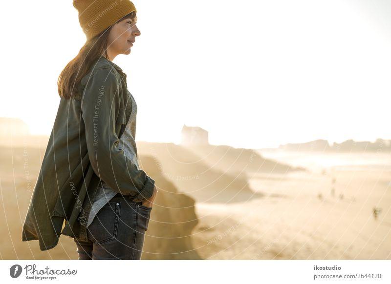 Mit Blick auf den Strand Lifestyle schön Ferien & Urlaub & Reisen Abenteuer Freiheit Meer wandern Erfolg Mensch Frau Erwachsene Natur Landschaft Herbst Küste