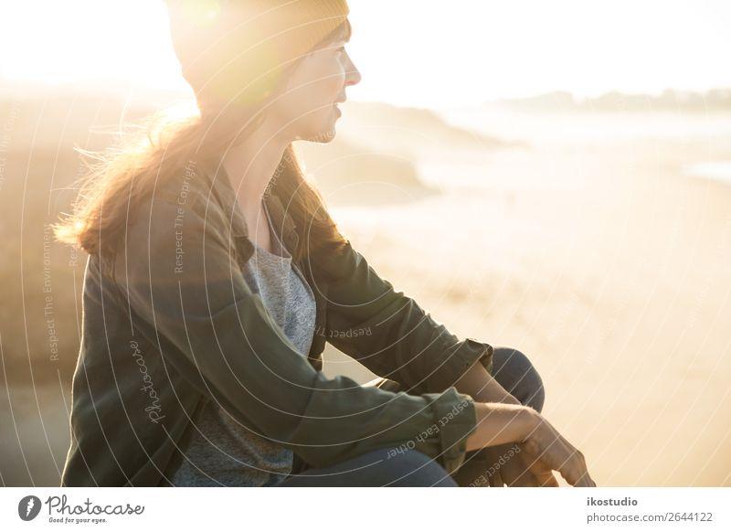 Sitzen über der Klippe Lifestyle schön Ferien & Urlaub & Reisen Abenteuer Freiheit Strand Meer wandern Erfolg Mensch Frau Erwachsene Natur Landschaft Herbst