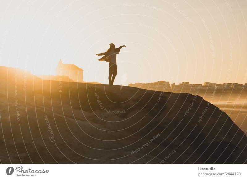Frau über die Klippe Lifestyle Glück schön Ferien & Urlaub & Reisen Abenteuer Freiheit Strand Meer wandern Erfolg Mensch Erwachsene Arme Natur Landschaft Herbst