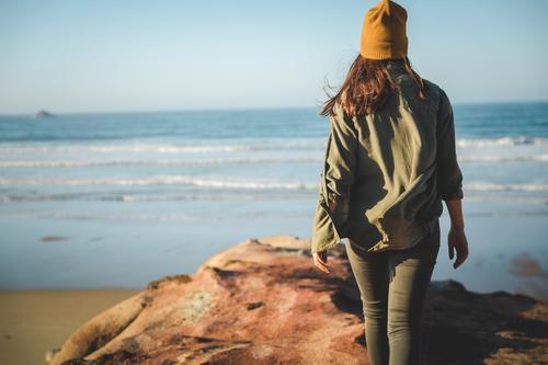 Frau Mensch Ferien & Urlaub & Reisen Natur blau schön Landschaft Meer Strand Lifestyle Erwachsene Herbst Küste Freiheit wandern Aktion