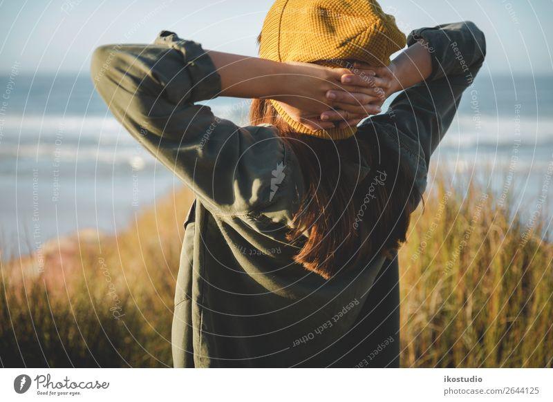 Gelbe Kappe Damen Lifestyle schön Ferien & Urlaub & Reisen Abenteuer Freiheit Strand Meer wandern Mensch Frau Erwachsene Natur Landschaft Herbst Küste blau
